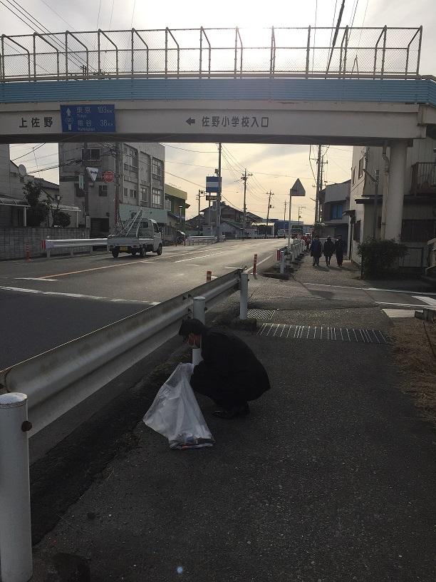 歩道橋の下でゴミ拾い